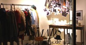 Berliner Mode-Blog LESMADS gestaltet Schaufenster zu www.dubistdiemode.de