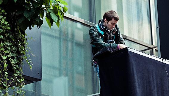 Du bist die Mode! DJ Finckobot auf dem Vordach der Galeries Lafayette Berlin